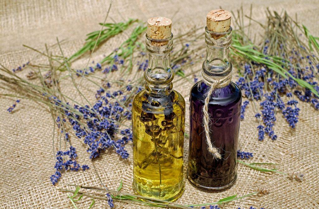 מוצרים טבעיים בתוך בקבוקונים