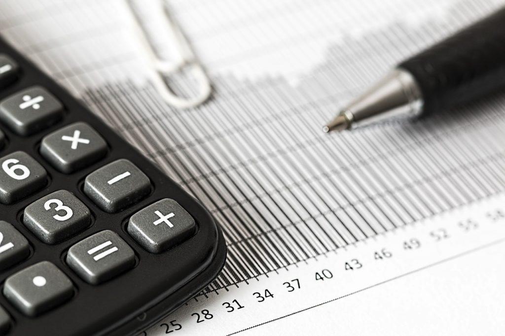מחשבון ועט על מסמך כפל ביטוחים